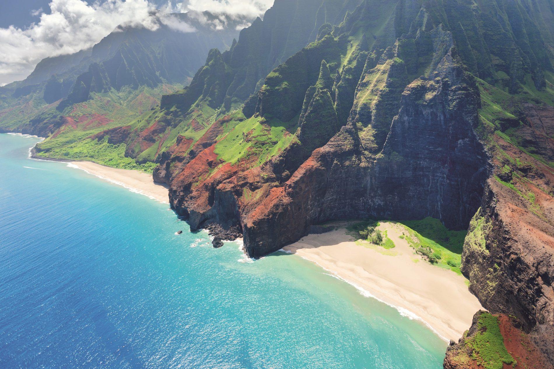 Na Pali kusten opKauai Hawaii med röda berg och klarblått vatten