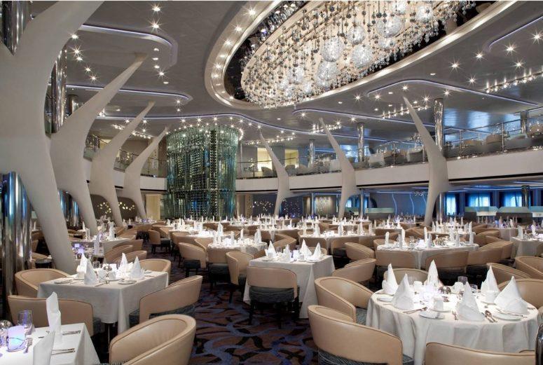 Vackert uppdukad restaurang ombord en utav Celebrity Cruises fartyg
