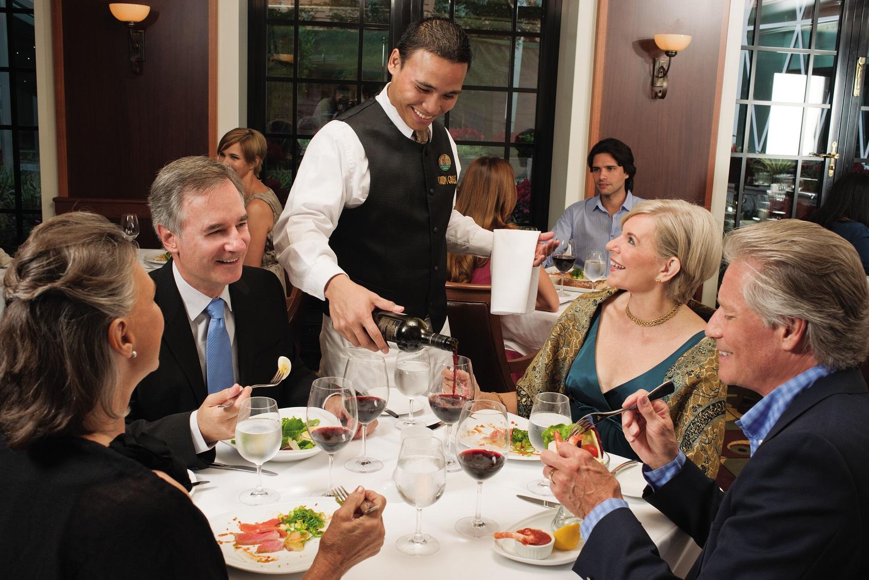 Grupp med människor på restaurang ombord Allure of the Seas