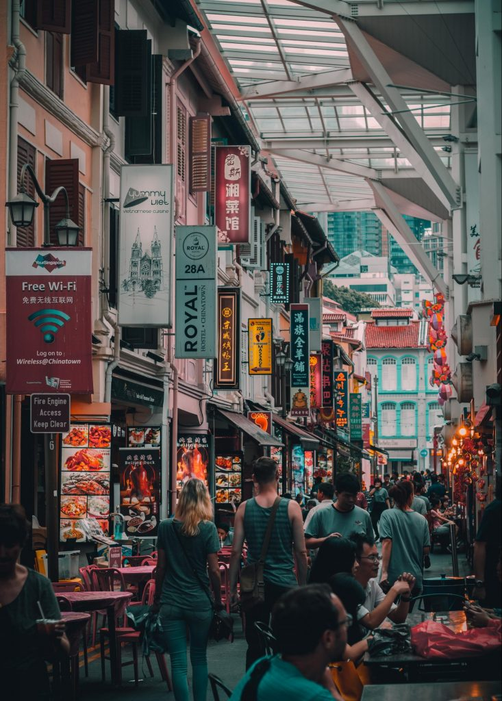 Livfull mat och shoppinggata i Singapore