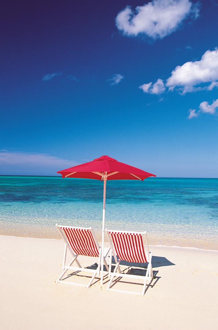Solstolar på strand i Bahamas