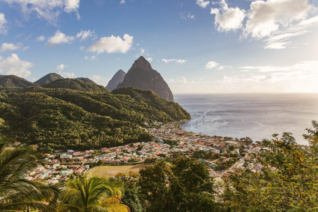 St Lucia stad och stora och lilla piton bergen