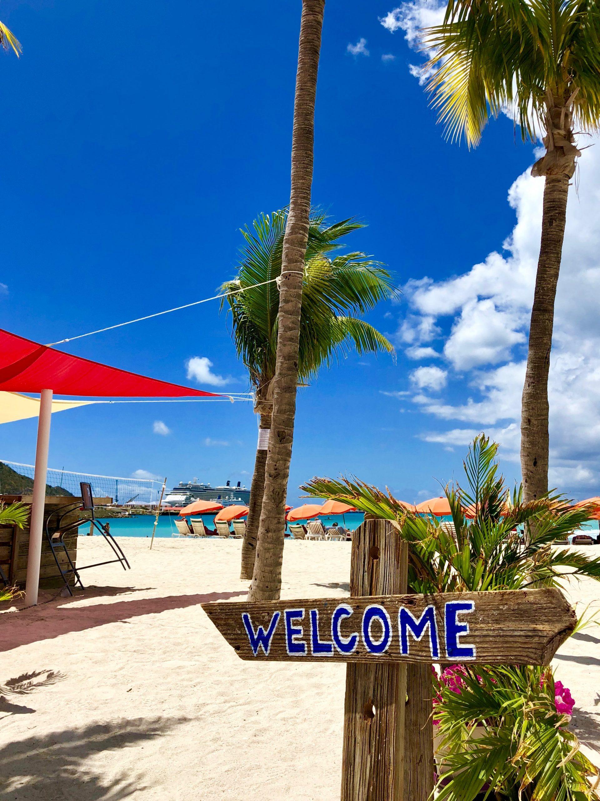 Skylt som säger Welcome på sandstrand i St Martin