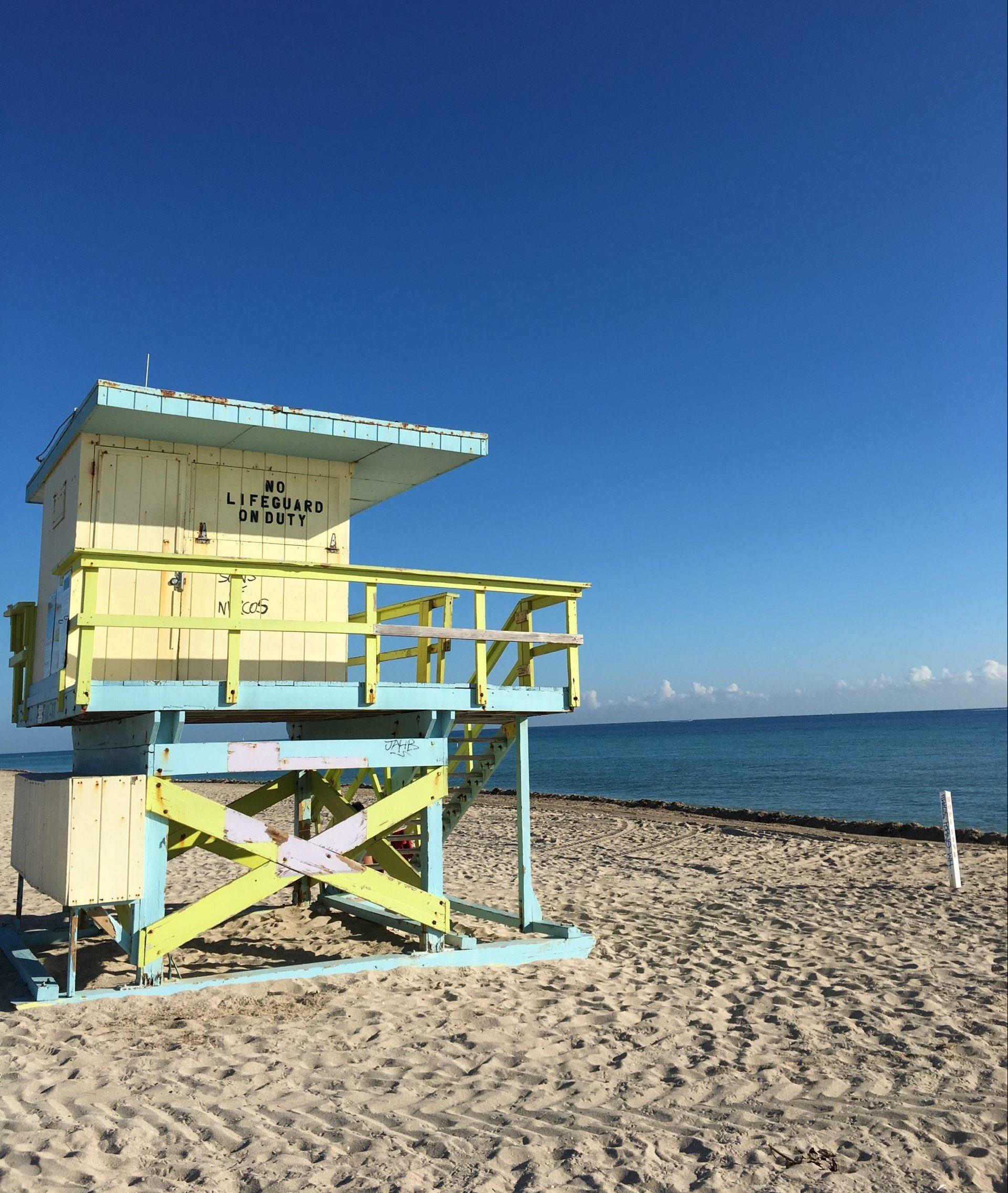 Stuga för livräddning på strand i Miami
