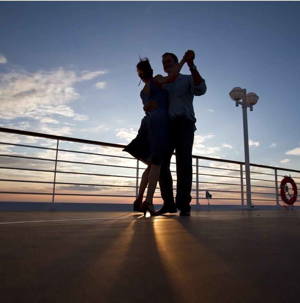 Par dansar i solnedgången ombord Azamaras kryssningsfartyg