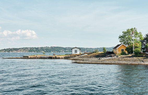 Vy från havet över fjord i Norge