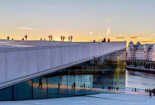 Solnedgång bakom operahuset i Oslo