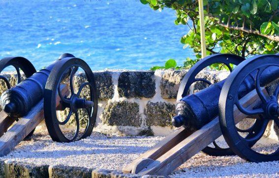 Gamla blåa piratkanoner i Barbados Karibien
