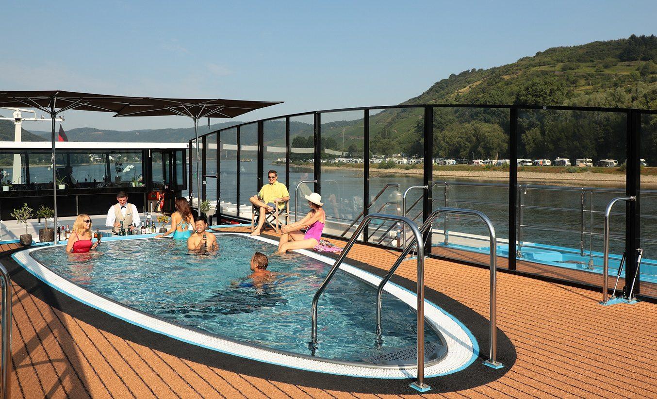 Pool med swim up bar ombord M/S AMA PRIMA