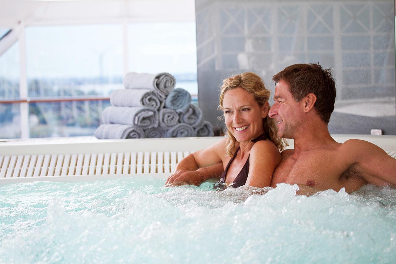 Par som kopplar av i en pool ombord Azamara Quest