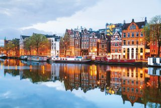 Vackra hus langs med kanalen i Amsterdam