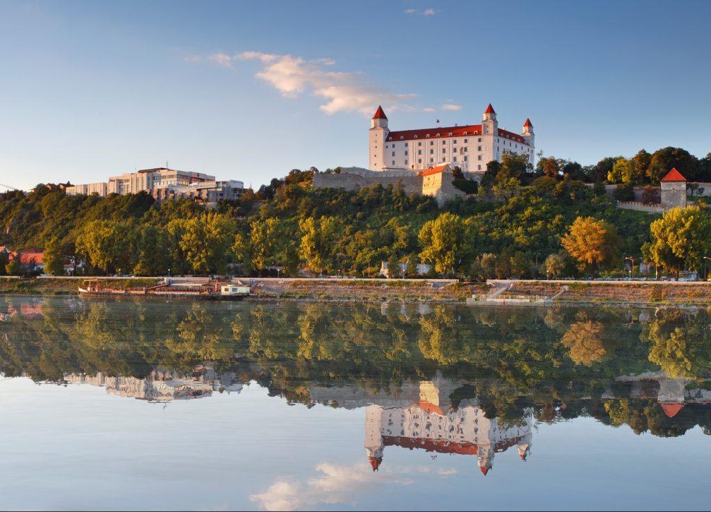 Bratislava slott vid Donaufloden